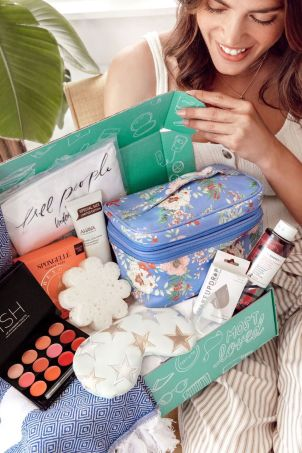 fabfitfun summer editor's box 2018.jpeg
